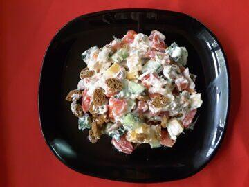 Салат с кириешками и колбасой и сыром рецепт